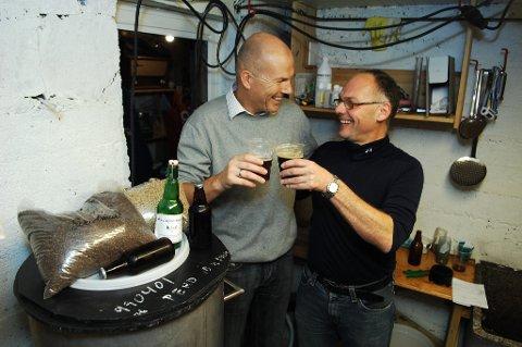 Lars Tore Meek Hansen (til venstre) og Atle Betten i Øvre Langveien bryggeri har ekstra god grunn til å skåle etter sterke prestasjoner i årets NM for ølbryggere.