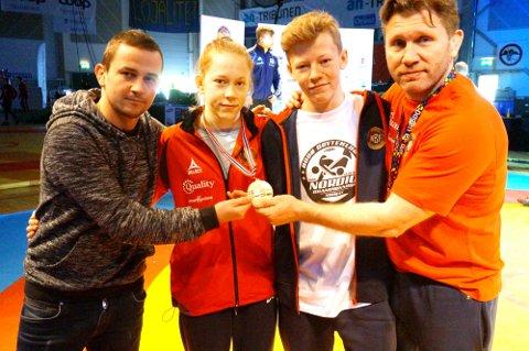 Gullvinner Silje Kippernes sammen med trener Gabbe Kantor, klubbkamerat Magnus Grønvik (som ble nummer åtte lørdag) og Eren Gjægtvik. Foto: Braatt