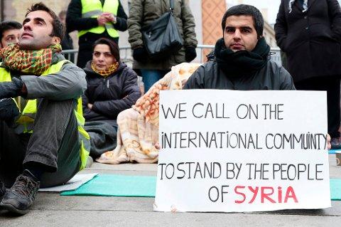 - Det å ta inn syriske flyktninger, som skal bo her resten av livet, vil være å godta økte kostnader for offentlige budsjetter i all overskuelig framtid, skriver Erling Dragseth. Bildet er fra en demonstrasjon i Oslo.