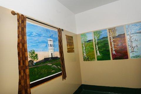 To av fire celler ved politistasjonen er ikke så glatte lenger etter at lokale kunstnere har deorert dem.