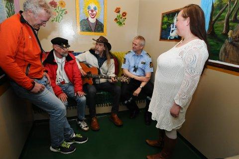 Fengslende musikk fra Elg på glattcella fredag. Fra venstre Vidar Hoem, Steinar Jacobsen, Elg, Knut Fugelsøy og Anette Thomsen.