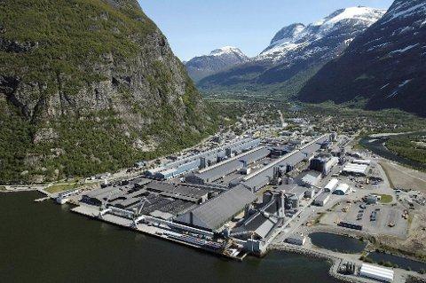 En ansatt ved Hydro Sunndal fikk flytende metall over seg, og fikk tredjegrads forbrenning.