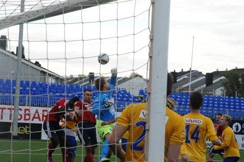 KFK spilte seg til en del farlige cornere på tampen, men uten å få inn 1-1 Her er det Jan Roger Angvik og David Dome (bak) som er i duell med Brattvåg-keeperen.