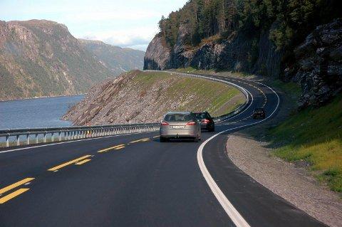- Staten har lagt en ny stor europavei av moderne kvalitet gjennom et distrikt hvor det ikke bor folk, skriver Dordi Skuggevik. Bildet er fra E39 på vei nordover fra Halsa ved Vinjefjorden.