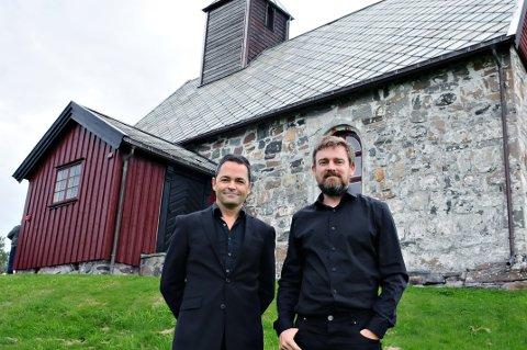 Eirik Raude (til venstre) og Arve Henriksen lot seg inspirere av Gamle Edøy kirke.