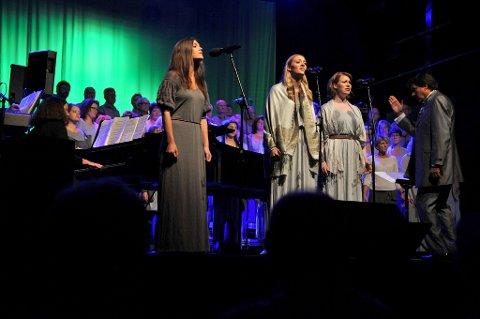 Fattigslig så det ut da Fantine (Stine Hole Ulla) og hennes «Lovely Ladies» Kari Vatne Eide (t.v.) og Ragnhild Orvik (t.h.) sang ut om verdens eldste yrke.