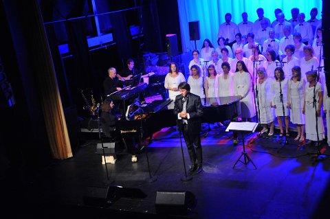 Musikalsk leder og dirigent, Erland Dalen, ga oss bakteppet for handlingen.