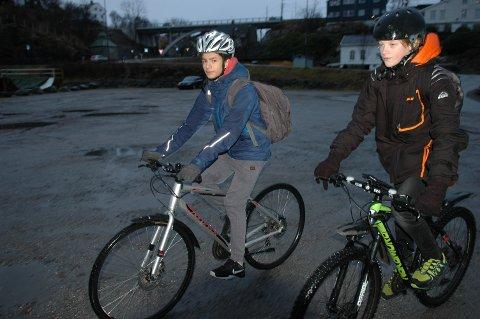 Nicolas Klaven (til venstre) og Marcus Holm ser fram til å sykle på nyasfaltert sykkelvei i Vågen neste år.