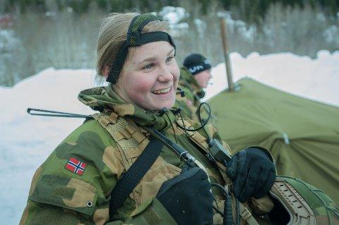 Anne Marit Fjørtoft fra Gjemnes deltar på vinterøvelsen Cold Response i Trøndelag for Luftvernbataljonen. Her har hun nettopp ankommet kommandoplassen, som fungerer som hovedbasen til Luftvernbataljonen under øvelsen.