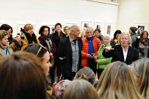 Mye folk til stede da den 11. utgaven av Nordic Light International Festival of Photography ble åpnet onsdag ettermiddag. Til høyre Morten Krogvold, til venstre Ralph Gibson.
