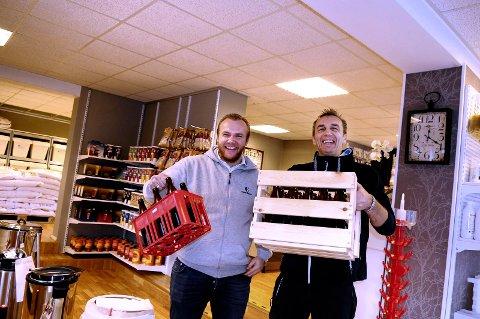Håkon Storbukt (til venstre) og Steinar Storbukt hos Garo brygg i Kristiansund får snart 300 ølsorter i hyllene. Arkivfoto