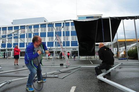 Alf Helge Fevaag tar i et tak. Bak til vestre står Kåre Edøy og følger med.