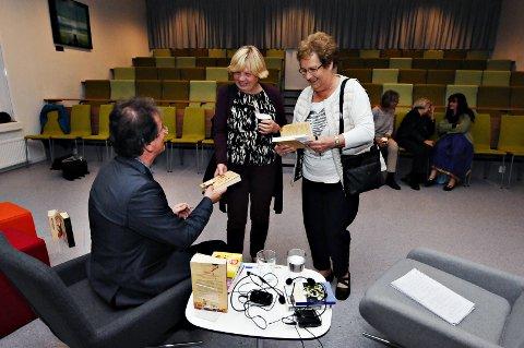 Marie Tvenning (til høyre) får signert bok fra Kjell Westö.