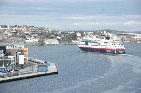 - Aage G. Sivertsen greier ikke å få fram at Hurtigruten har gått til kamp mot en rekke havner langs kysten på to ulike fronter, skriver Jan Arve Ødegård.