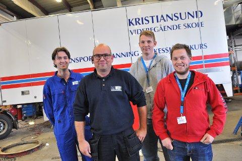 Lærlingen Adrian Berg (fra venstre) og verkstedadministrator Vidar Jensen hos Wist Last & Buss fikk besøk av Lars Christian Eriksen og Ken Marius Pedersen fra Fellesforbundets lærlingepatrulje.