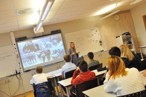 Eliana Hercz er en såkalt «jødisk veiviser» som reiser rundt i Norge for «å spre kunnskap og bidra til å fjerne fordommer». Her taler hun foran niendeklasseelevene ved Nordlandet ungdomsskole.