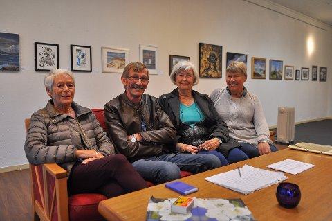 Ingrid Thomassen (fra venstre), Jon Sivertsen, Solveig By og Ragnhild Blaasvær hos Club 76 ser frem til Smølabonans inntog i helgen. De holder selvfølgelig utstilling i den anledning.