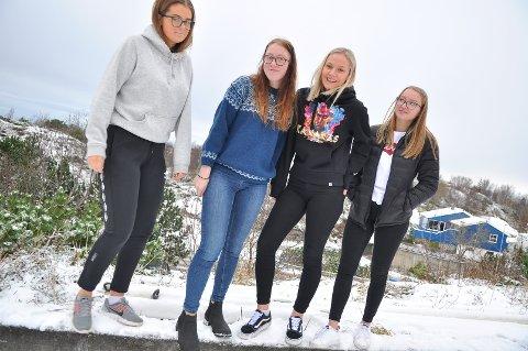 Synne Iversen (fra venstre), Silje Dybå, Anna Rogne og Marlene Berge sverger til bare ankler - selv når Kong Vinter gnager som verst.