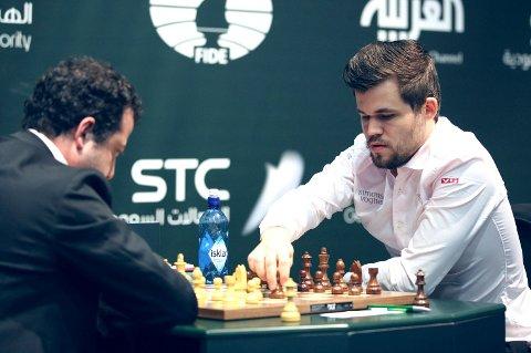 Magnus Carlsen (t.h.) tapte mot Alexander Grisjtsjuk torsdag ettermiddag og gikk glipp av gullet. Her ser vi han spille mot Levan Pantsulaia under VM i hurtigsjakk torsdag.