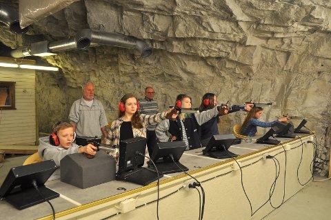 Kristiansund pistolklubb er i skuddet. Fra venstre ser vi Magnus Mork Mulheim, Kirstin Jensen, Ida Marie Knutson, Silje Finsaas og Live Finsaas. Bak ser vi Svein Olsen og Oskar Kvam Olsen.