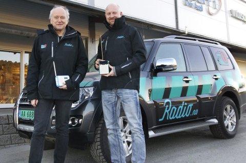 Hjelpeteam: Hans Petter Danielsen (til venstre) og Jon Arne Sviggum utgjør hjelpeteamet fra Digitalradio Norge som har turnert Nordmøre.