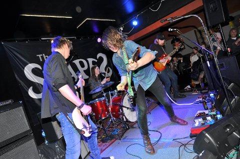 The Stapes - bassist Kjetil Jakobsen (fra venstre), trommeslager Adrian Ahtola, gitarist/vokalist Mathias Unhjem Rognskog og gitarist Magnus Grønseth - ga jernet på Scenekanten lørdag kveld.