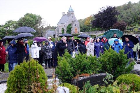 Både i solskinn og regn har Odd Williamsen gjennomført sine gravstedsvandringer. Nå kommer de i bokform.