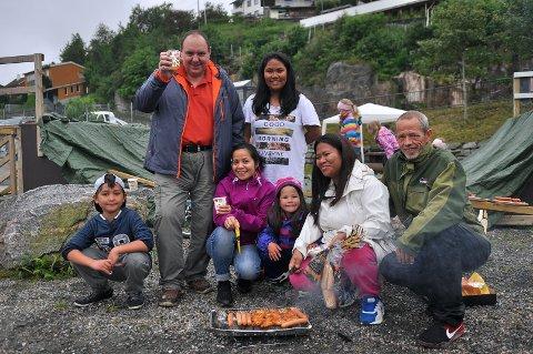 Henry Skarpnes (fra venstre), Kaz Ciluiko, Coleen Ciluiko, Jozela Holm, Hannah Mae Holm, Mary Holm og Øyvind Holm griller og koser seg i Vågen.