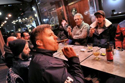 Røykfullt og god stemning på sigartreff i fjor. Torsdag er det nytt treff.