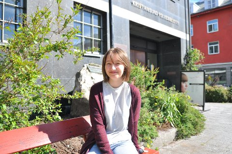 Emma Synnøve Moe Rokstad fra Smøla har arbeidsuken sin på biblioteket i Kristiansund.