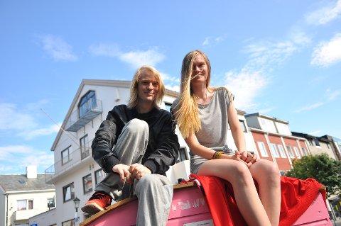 Tommy Holmen Jenssen og Celine Hansen Gorseth venter på pizza og nyter sommerværet.
