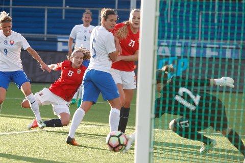 Guro Reiten under kampen mellom Norge - Slovakia på Sarpsborg Stadion, tirsdag. Sunndalingen scoret 3 - 0 målet.