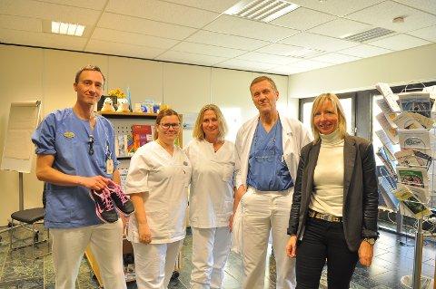 Fysioterapeut Nikolai Haga (fra venstre), diabetessykepleierne Bente Naalsund og Birte Bjerkestrand, overlege Ivar Blix og teamkoordinator ved Lærings- og mestringssenteret, Toril Kvisvik, på sykehuset i Kristiansund tilbyr i samarbeid med Diabetesforbundet hjelp til de som er rammet av diabetes.