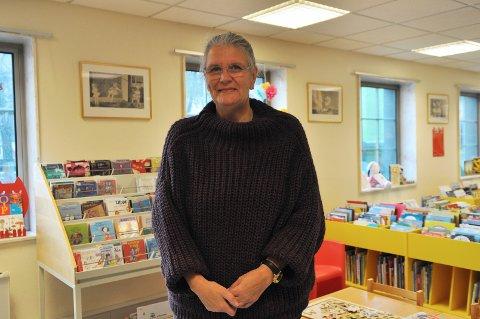 Bibliotekar: Birgit Farstad ved Kristiansund bibliotek elsker jobben sin – og er nylig blitt helfrelst KBK-fan.