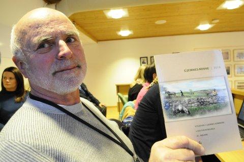 Kulturleder i Gjemnes, Olav Bjørn Nilssen, med den 41. utgaven av Gjemnesminne.