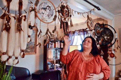 Sabina Trældal er daglig leder av Tosa-messen som skulle arrangert alternativmesse i Kristiansund, men teamet som arrangerer messen er blitt syke og må følgelig kansellere. Her ser vi Trældal hjemme i stua i Sørfold i Nordland.