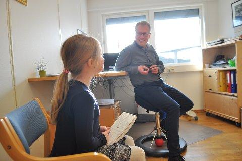 Mabel Agathe (7) fikk plutselig lyst til å intervjue Tidens Kravs sjefredaktør Ole Knut Alnæs.