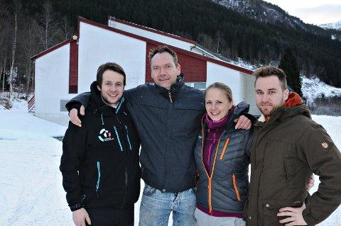 John Ola Ulset (fra venstre), Per Snilsberg, Marit Aasen og Torstein Gjetvik gjør seg klare til rockefestival på Sellanrå.