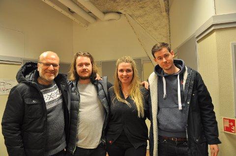 Skuespiller Ingar Helge Gimle (fra venstre), fotograf Oscar Dahlsbakken og regissør Henrik M. Dahlsbakken besøkte Kristiansund og Caroline kino torsdag kveld i forbindelse med filmen «Rett vest».  Det satte kinosjef Linn Runa Schnell Kvalvåg umåtelig stor pris på.