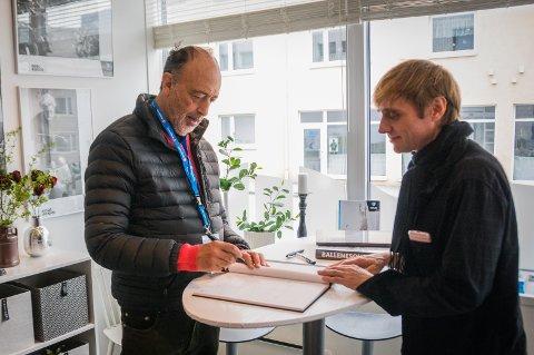 Roger Ballen og Asger Carlsen signerer bøker under Nordic Light 2018.