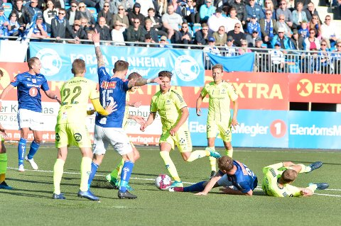 Kim Ove Riksvold blir felt inne i Sarpsborgs sekstenmeter og skaffer Ranheim straffe. Ranheim vant kampen 2–1.