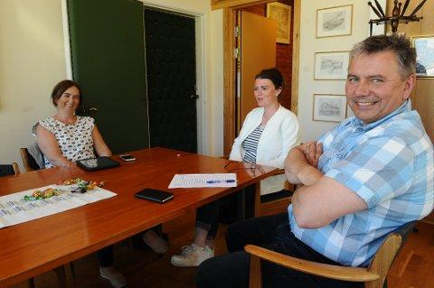 God stemning blant senterpartistene i gruppemøte i siste kommunestyremøte i mai. Om stemningen blir like god for Borghild Neergaard Aarset (fra venstre), Stine Bjerkeset og Knut Sjømæling når departementet kommer med sitt grensejusteringssvar er uvisst.