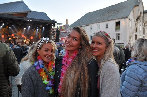 Maiken Wullum (fra venstre), Susanne Lien Aass og Julie Taknes. koste seg på Tahiti i 2019. Nå må de vente til neste sommer før neste festival.