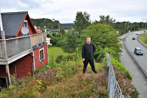 Torbjørn Krangnes bor like ved riksvei 70 i Byskogen, noe som gjør at han havner i rød støysone. Det hindrer ham i å få gjort om fritidsboligen til helårsbolig.