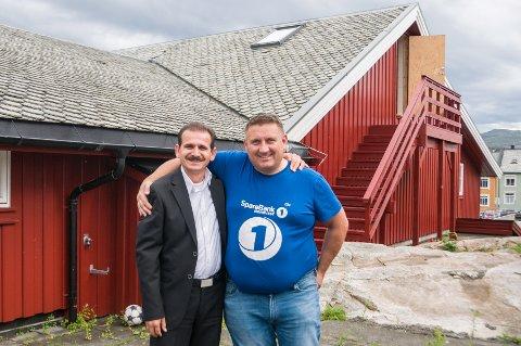 Tore Løvik (til høyre) har stilt toppetasjen i KAK-huset til disposisjon som skredderverksted for Ahmed Jimmo (til venstre).