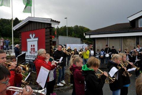 GAMLE: Gamle og nokså nye korpsmusikanter var med i flashmobben som Jan Magne Førde og The Brazz Brothers ledet lørdag.