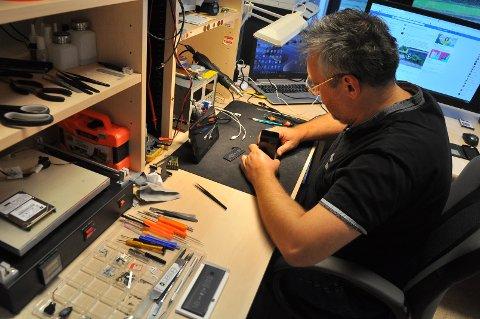 Imre Csanyi hos Mobil & Datareparasjon åpnet bedriften 1. september. Av navnet skjønner vi hva han driver med.