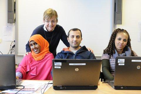 De er voksne som søker opptak til videregående skole i Kristiansund. Fra venstre Iqra Ali, Vahid Lofti og Yerdanos Keflezghi, med rådgiver og kontaktlærer Berit Fjellingsdal.