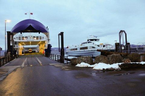 Kystekspressens hurtigbåter har problemer med å legge til når det er sterk vind ved Edøy. Alternativ reisetransport blir ferge og buss.
