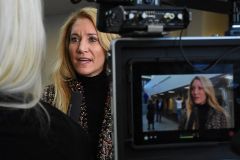 FOREDRAG: Julie Brodtkorb kom til Surnadal for å snakke om de små og mellomstore bedriftene og deres opplevelse av myndigheter og krav som kommer fra Oslo. Hun er leder i Maskinentreprenørenes Forbund.